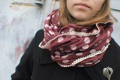 LaVina FARBA - bordová - krajka krémová > Šatka z bavlny a hodvábu > ozdobená paličkovanou krajkou > asymetrický strih > rozmer 1,4 x 1 m > možno omotať 1 - 2 x