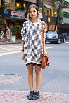 Plaid // t shirt dress // street style casual Street Style Vintage, Best Street Style, Street Style Outfits, Cool Outfits, Street Styles, Hipster Grunge, Grunge Goth, Girl Fashion, Fashion Looks
