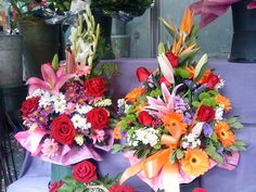 Dos centros de flores en Las Ramblas de Barcelona Spain
