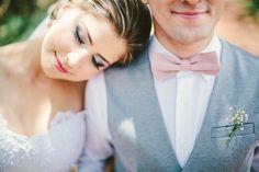 Casamento vintage: noivo de gravata borboleta e colete. Foto: Johansson Correia Fotografia.
