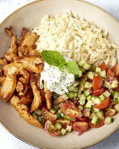 Gerechten in een 'bowl' presenteren is hip en wij zijn fan! Lekker hapklaar en informeel, moet af en toe kunnen, toch? We maken een heerlijk Grieks kommetje met orzo, gyros, kerstomaatjes, komkommer en een frisse yoghurtsaus: tzatziki. De zon in een kom! Tzatziki, I Love Food, Good Food, Yummy Food, Shawarma, Cooking Recipes, Healthy Recipes, Snacks Für Party, Food Bowl