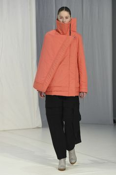 The complete Chalayan Fall 2018 Ready-to-Wear fashion show now on Vogue Runway. Catwalk Fashion, Vogue Fashion, Fashion 2018, World Of Fashion, Fashion Weeks, Ladies Fashion, London Fashion, Silhouettes, Stylish Tops For Women