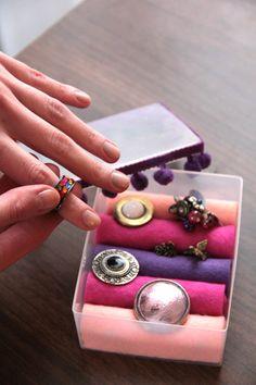 Si no sabes donde poner tus anillos, y tienes una tarde libre... Diy Jewelry Holder, Displays, Ideas Para Organizar, Love Craft, Getting Organized, Diy Bedroom Decor, Diy And Crafts, Create, Rings