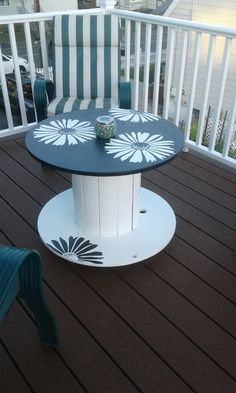 Exterior black and white paint turned this plain spool into a beautiful outdoor table. Wooden Spool Projects, Wooden Spool Tables, Cable Spool Tables, Wooden Cable Spools, Spools For Tables, Wooden Cable Reel, Sewing Tables, Paint Furniture, Furniture Makeover