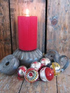 Old cake tins and old christmas ornaments. Rustic feeling.