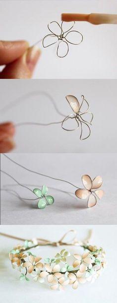 ワイヤーでお花の型を作って、マニュキアで色付けします。 花びらを小さく作るのがポイント! あまり大きな花びらだと、色付かが難しいようです。 たくさんの花で作ったフラワークラウン。