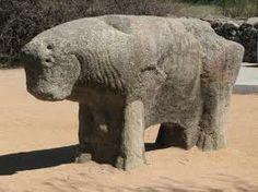 """""""Toros de Guisando"""" data entre los siglos II y I a.C, con preferencia a la creación en el siglo II a.C durante la Edad del Hierro. El autor fue el pueblo vetón. Fueron esculpidas en granito.  Me llama la atención porque parecen imágenes muy infantiles, como si las hubieran hecho niños."""