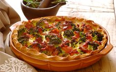 ' Broccoli, cheese and bacon complement each other perfectly! An easy quiche recipe that is great to make for a party or an afternoon tea! Breakfast Recipes, Snack Recipes, Dinner Recipes, Cooking Recipes, Snacks, Broccoli Bacon Quiche, Tapas, Light Summer Dinners, Easy Quiche