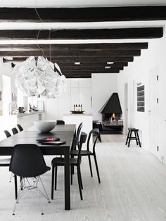 Living Room : Wooden beams and white via Coco Lapine Design Elle Decor, Skandinavisch Modern, Danish Modern, Black And White Interior, Black White, Modern Cottage, Interior Decorating, Interior Design, Scandinavian Interior