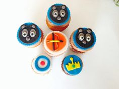 Brave cupcakes y minicupcakes fondant frosting bears bow crown Disney movie Valiente
