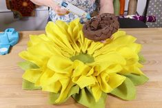Burlap sunflower wreaths are very popular so why not make a burlap flower for every season? These burlap flowers are perfect for hanging on the front door. Easy Burlap Wreath, Sunflower Burlap Wreaths, Burlap Wreath Tutorial, Burlap Crafts, Burlap Flowers, Wreath Crafts, Diy Wreath, Fabric Flowers, Maker
