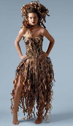 İlk çağlarda da elbise önemliydi tabi