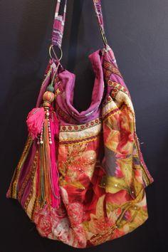 Schöne Tasche aus verschiedenen Stoffen, Borten und Anhängern. Muss ich mir auch noch machen