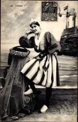 Postcard Sablaise, Frau in Tracht, Kopfschmuck, Flechtkorb, Leuchtturm