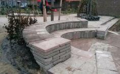 Amfitheatertje dat ik samen met ouders heb gemaakt op het groene schoolplein van de Driemaster.
