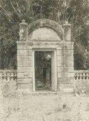 Toegangspoort tot het graf van Pangeran Mas te Pangkalan bij Poerwakarta Ca 1930
