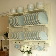 plate rack -open - maybe this with extra spindles? Wooden Plate Rack, Plate Rack Wall, Plate Shelves, Plate Racks, Wooden Plates, Kitchen Rack, Kitchen Shelves, Kitchen Storage, New Kitchen