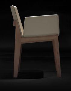 Las sillas comedor modernas Ava de Carlos Tíscar tienen una marcada personalidad hecha de contrastes. El volumen general, de sólida construcción, está formado por piezas de poco espesor en madera de haya y sus patas de sección plana se enriquecen visualmente gracias al biselado. La composición del conjunto a base de líneas rectas ligeramente inclinadas