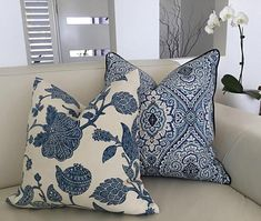 Blue And White Pillows, White Cushions, Blue Pillows, Blue And White Fabric, Lounge Cushions, Scatter Cushions, Classic Cushion Covers, Classic Cushions, Die Hamptons