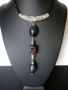 """Collier style baroque """"Agate skull"""" crâne en agate mauve ,perles de verre artisanal,torque en métal ouvragé : Collier par bleusoupir"""