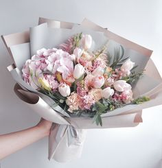 Is your soul shining ☀ today? Here's a beautiful bouquet of pink-peach flowers for you🌹🌹🌹 let 's kick off the week with some Monday . Dark Flowers, Flowers For You, Peach Flowers, Simple Flowers, Love Flowers, Beautiful Flowers, Vintage Flowers, Gift Flowers, Pink Roses