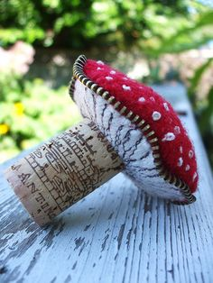 cork mushroom - would be great xmas tree ornament. Note zipper edging on mushroom-no pattern or directions, just inspiration