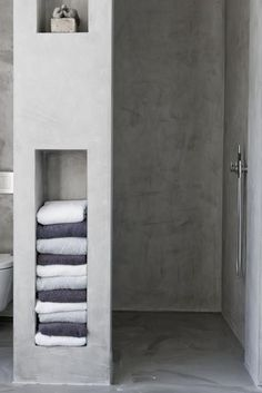 Concrete shower and built-in shelves for towels. Concrete Shower, Concrete Bathroom, Bathroom Toilets, Bathroom Renos, Master Bathroom, Bathroom Design Small, Bathroom Interior Design, Casa Loft, Wet Rooms