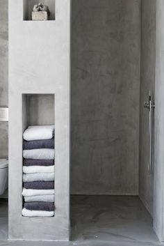 Mooie inloopdouche met opbergruimte voor handdoeken. Smart and pretty.