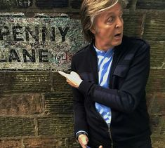 Paul McCartney at Penny Lane. A George Vreeland Hill pin. Beatles Love, Les Beatles, Beatles Photos, John Lennon Beatles, Beatles Songs, Beatles Bible, Beatles Art, Paul Mccartney, Liverpool