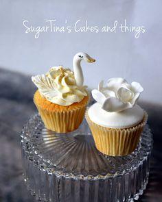 #totalwhite #swan #flower #wedding #weddingfavor #candy #cupcakes #swancupcake #cupcakevanilla #flowercupcake #sugartinascakesandthings Flower Cupcakes, Mini Cupcakes, Al White, Swan, Wedding Favors, Vanilla, Candy, Flowers, Desserts