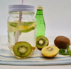 Eau détox citron, kiwi et menthe Kiwi, Cantaloupe, Mason Jars, Fruit, Food, Water Still, Meal, The Fruit, Eten