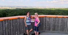 Katie und Kat auf dem Baumkronenpfad im Nationalpark Hainich.