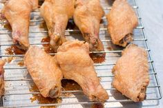 ***Crispy chicken wings Toss out that deep fryer just like last year's jeans. We've got the solution to crispy chicken wings without the hassle of deep frying. Crispy Baked Chicken Wings, Oven Chicken, Fried Chicken, Tapas, Great Recipes, Favorite Recipes, Paleo, Chicken Wing Recipes, Foodblogger