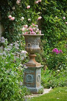 The definitive guide to classic French garden pots, planters, urns & olive jars Medici urn elegant chateau urn Formal Gardens, Outdoor Gardens, Outdoor Garden Statues, Pot Jardin, Urn Planters, Porch Planter, Planter Ideas, Garden Urns, Rockery Garden