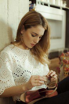 Blusa calada blanca de Zara; Bandolera de cuero convertible a alforja para bicicleta de Seventy Cycles; Aros de Dime que me quieres; Sandalias de Pamela Constantini; Jeans campana de Claudie Pierlot.