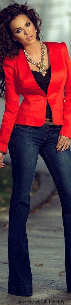 Saco rojo y pantalones acampanados
