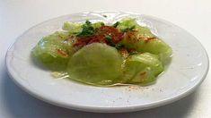 Hagyományos és tejfölös uborkasaláta recept - elkészítése:Az uborkát jó alaposan megmossuk, a két végét levágjuk és meghámozzuk. A megtisztított uborka...