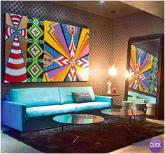 Hoje é dia de SALA DE ESTAR!  Essa sala esbanja modernidade e personalidade, o quadro com figuras geométricas coloridas, o papel de parede e o pendente no canto são com certeza os pontos fortes desse ambiente. O sofá azul é super moderno e combina perfeitamente com as mesinhas de centro. Impecável.  #Livingroom #designart #arquitetura #artemoderna #saladeestar #DecoraClick #moderndecor #papeldeparede #iluminacao  Projeto: Julio Cesar Dantès