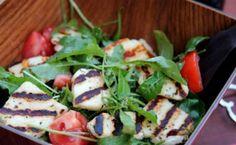 Σαλάτα με ρόκα, ντομάτα και χαλούμι