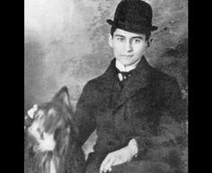Franz Kafka ao lado de seu cachorro. Foi um dos maiores escritores de ficção do século 20. Suas obras mais reconhecidas são: 'A Metamorfose' (1925), 'O Processo' (1925) e 'O Castelo' (1926).