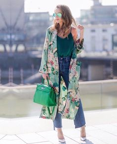 Kimono is the latest hot trend. It is basically a long, sheer, jacket kind of clothing inspired by traditional Japanese dressing. One may think kimono jackets or cardigans can only be worn in winte… Kimono Cardigan Outfit, Cardigan Outfit Summer, Kimono Dress, Long Cardigan, Look Kimono, Vestidos Zara, Summer Outfits, Casual Outfits, Summer Clothes