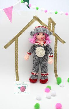 Cette petite poupée est une amie incroyable pour les petites mains! Atteignant un peu moins de 30 centimètres de hauteur, elle sera prête à faire face à tout ce qu'une imagination débordante peut lui envoyer.  Ce patron comprend les instructions pour la poupée au costume fixe et le chapeau amovible en version singe. Voir la collection complète pour les autres modèles!