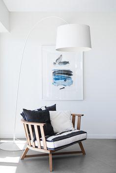 Gemütliche #Sitzecke mit Standfußleuchte & bequemem Sessel in Marinefarben #Wohnidee
