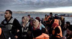 Hier zie je vluchtelingen, die na een lange reis in Europa aankomen en geen idee wat hun te wachten staat, ze hebben waarschijnlijk geen voedsel bij zich en ook geen drinken daarom moeten vluchtelingen geholpen worden