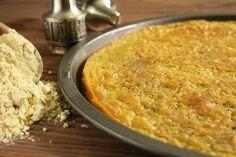 Farinata di ceci, un piatto povero, tipico della tradizione culinaria ligure. farina di ceci, olio e acqua sono gli ingredienti di base.