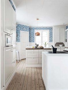 Ajakiri Scandinavian Home Beautiful Kitchens, Cool Kitchens, Kitchen Dining, Kitchen Decor, Dining Rooms, Scandinavian Home, Luxury Interior Design, Kitchen Styling, Interior Design Living Room