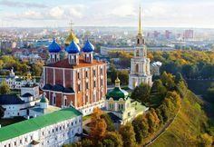 SOUND: https://www.ruspeach.com/en/news/13895/     Рязань - это город в России, который является административным центром Рязанской области. Рязань входит в тридцатку крупнейших городов России. Этот город расположен на высоком правом берегу Оки, в 180 км от Москвы. Рязань является крупным научным, военным и промышленным центром. В городе есть два аэродрома, два железнодорожных вокзала и два речных порта.      Ryazan is the city in Russia which is the administrative center of