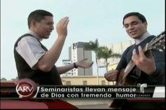 Seminaristas llevan la palabra de Dios en forma de parodia