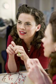 Hayley Atwell as Peggy Carter 1940s Makeup, Vintage Makeup, Vintage Beauty, 1950s Hair And Makeup, Pin Up, 1940s Hairstyles, Wedding Hairstyles, Christophe Mae, 40s Mode