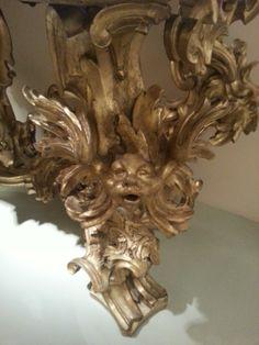 Dettaglio di un piedino di un tavolino in stile barocco